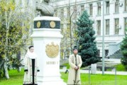 Craiova il regreta pe Regele Mihai: lumânări şi flori la bustul monarhului care a creat Universitatea si Filarmonica din Craiova