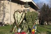 Marş de comemorare a Regelui Mihai, la Craiova. Mii de oameni au depus flori şi lumânări la statuia din centrul oraşului