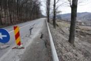 Alunecare de teren intre Rm. Valcea si Horezu! Drumul a fost rupt 20 de metri, iar alunecarea inainteaza cu viteza din cauza pamantului imbibat cu apa!
