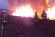Incendiu devastator in Delta Lebedelor din Ramnicu Valcea! Au ars peste 5000 de metrii patrati si au fost amenintate o catedrala si un centru comercial!