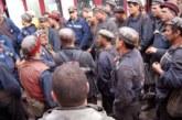 Situatie exploziva in urma unor greve spontane in minele din Gorj! Sute de mineri au refuzat sa intre in cariera, iar cateva zeci au pornit in mars catre Targu Jiu!