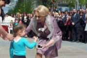 Ne-am intors pe vremea lui Ceausescu! Defilare cu care alegorice, copii imbracati in tricolor si fanfara, totul in onoarea premierului Viorica Dancila!