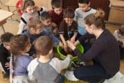 Exista o scoala in Turnu Severin in care profesorii fac voluntariat! Dupa cursuri, dascalii de la clasa pregatitoare isi petrec cateva ore din timpul lor liber, cu cei mici!