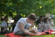 Clipe de lectură, pe pătură! Biblioteca din Craiova şi-a scos cititorii la iarbă verde!