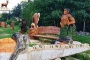 Artă neobişnuită în Vâlcea. O pensiune turistică îşi deschide curtea pentru cei care ştiu să sculpteze cu drujba!