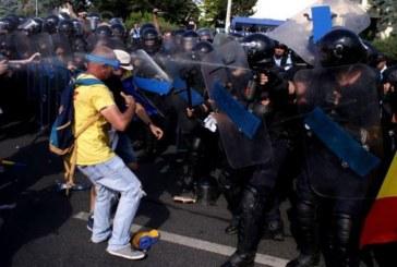 Incidente violente in Piata Victoriei la mitingul celor 100.000 de romani din diaspora! Jandameria a intervenit in forta!