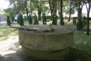 """Umilintele la adresa lui Constantin Brancusi continua! Una din mesele pe care marele sculptor le-a realizat pentru """"Calea Eroilor"""" zace uitata intr-o curte, fara sa fie protejata!"""