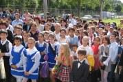 Prima zi de scoala intre masinile de lux din Bucuresti si toaletele din fundul curtii din Gorj! Invatamantul romanesc asa cum este cu adevarat!