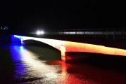 Spectacol tricolor in Pasajul Mraconia din Judetul Mehedinti! Dunarea a fost colorata in rosu, galben si albastru, iar statuia lui Decebal a fost pentru prima oara luminata pe timp de noapte!