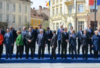 Liderii europeni, indragostiti de Sibiu! Tusk a dat declaratii de dragoste in romana, Timmermans a vazut meciul lui Ajax la o cafenea, iar Merkel s-a intalnit cu etnicii germani! Summitul de la Sibiu a fost un mare succes!