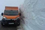 """Zapada de 4 matri pe Transalpina, dupa ninsoarea cazuta masiv pe 1 Mai! Cand cred drumarii ca se va redeschide """"Soseaua Norilor""""!"""