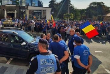 Proteste masive la Ramnicu Valcea! Salariatii de pe platforma chimica si minerii spun ca vin la Bucuresti!